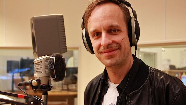 """Christophe """"Besh One"""" Marchandise i studion. Foto: Jenny Cederbom/Sveriges Radio"""
