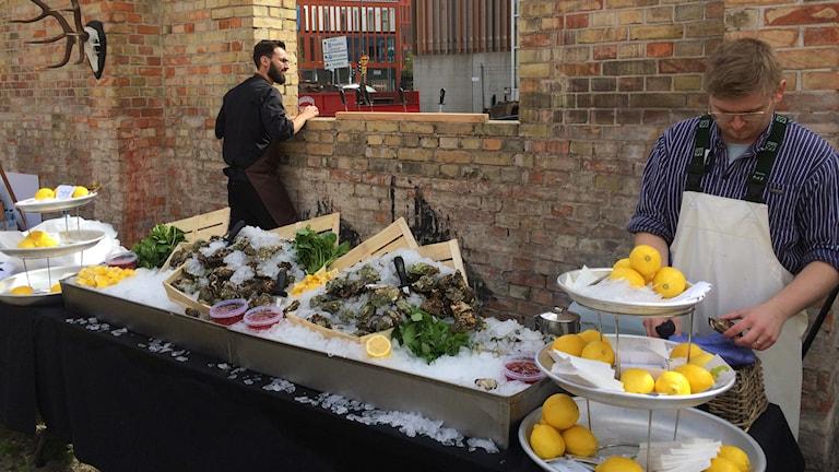 Fiskhandlarna dukar upp lite smakprov. Foto:Madeleine Fritch-Lärka/Sveriges Radio