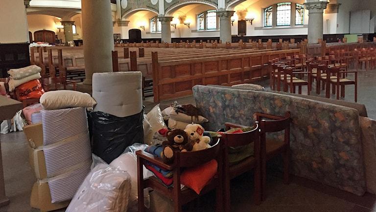 Många frivilliga har lämnat saker till flyktingar som väntas till Johanneskyrkan i Malmö. Foto: Anton Kalm/Sveriges Radio