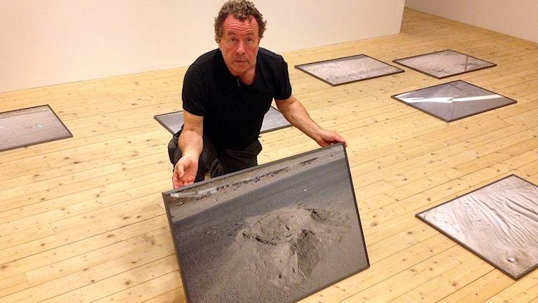 Kent Klich skildrar döden i Gaza i sitt bidrag till Malmö Fotobiennal. Foto: David Richter/Sveriges Radio