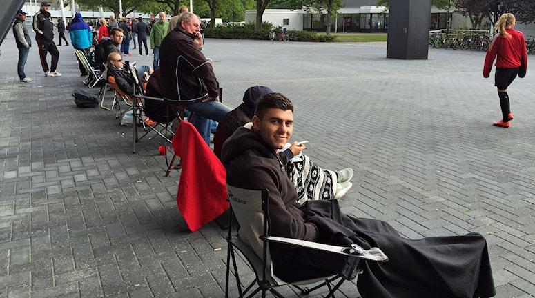 Edghar Moussa köar utanför Swedbank stadion för att få en biljett till CL-matcherna. Foto: Anton Kalm/Sveriges Radio