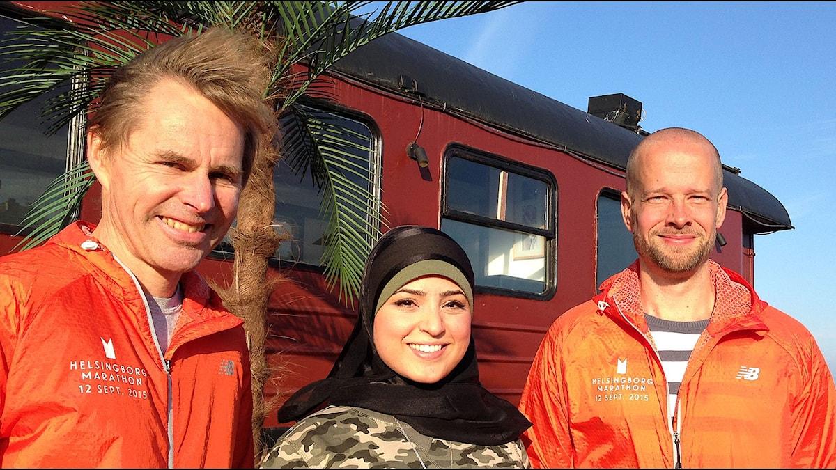 Andreas Gartmyr, tävlingsledare, Zeinab Fakhrol, maratonlöpare och Johan Lundgren, banchef. Foto: Lill Eriksson/Sveriges Radio