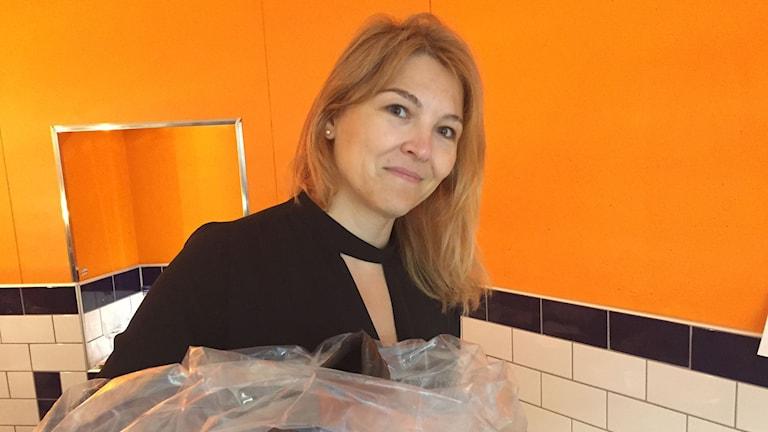 Lejla Gros sorterar skor. Foto: Nadja Jebril/Sveriges Radio