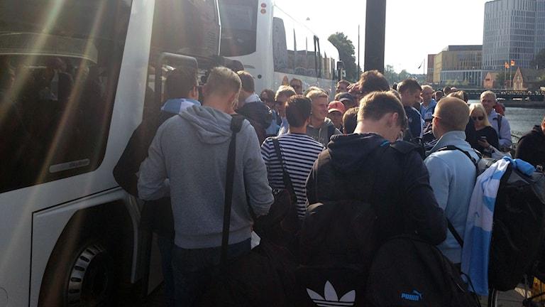 MFF-supportrar bordar bussen mot Paris. Foto: Kajsa Nordmark