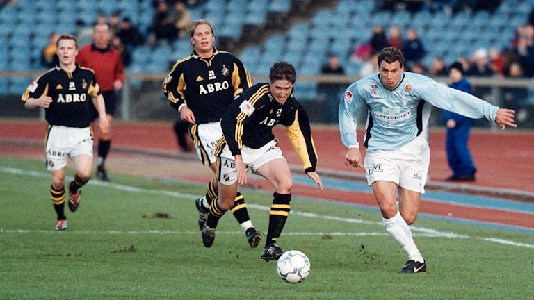 Zlatan Ibrahimovic springer från AIK:s försvar i MFF:s allsvenska premiär 2001. Foto: Ola Torkelsson/TT