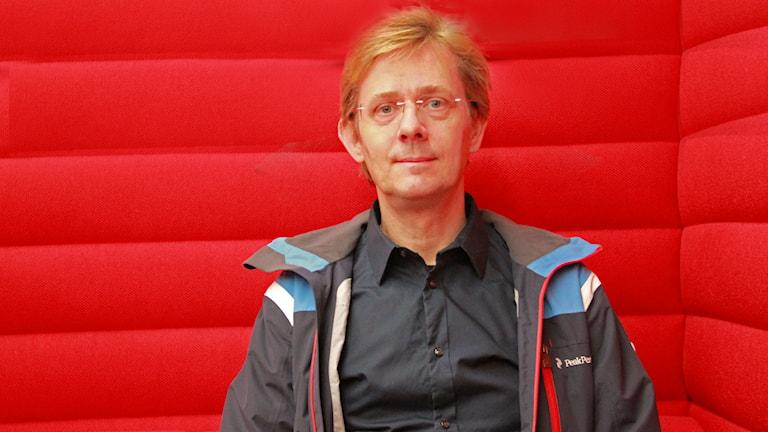 Låtskrivaren Johan Bejerholm är nervös då det är sista dagen för att lämna in bidrag till Melodifestivalen.