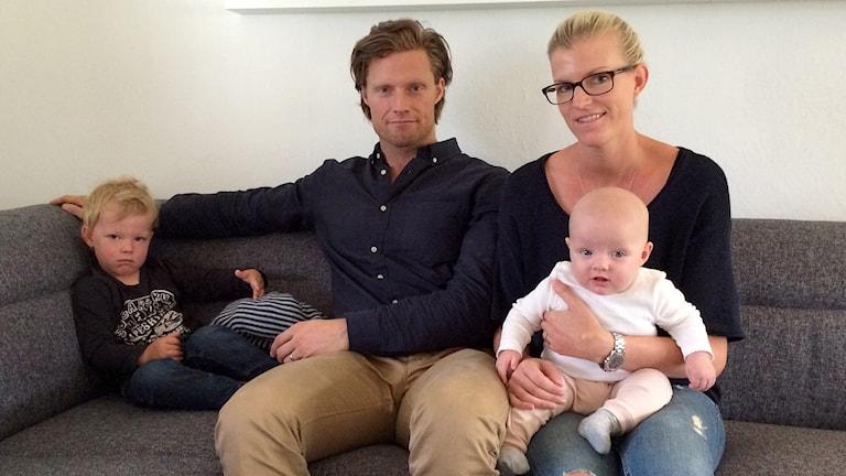 Carla får inte heta Blomberg Hading som resten av familjen: pappa Mathias, mamma Malin och storebror Charlie. Foto: Evelina Olsson/Sveriges Radio
