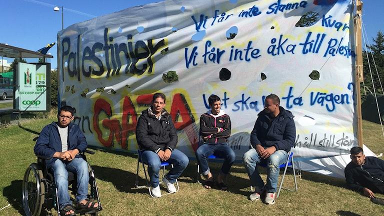 De protesterande och hungerstrejkande palestinierna utanför Migrationsverket i Malmö. Foto: Nadia Jebril/Sveriges Radio