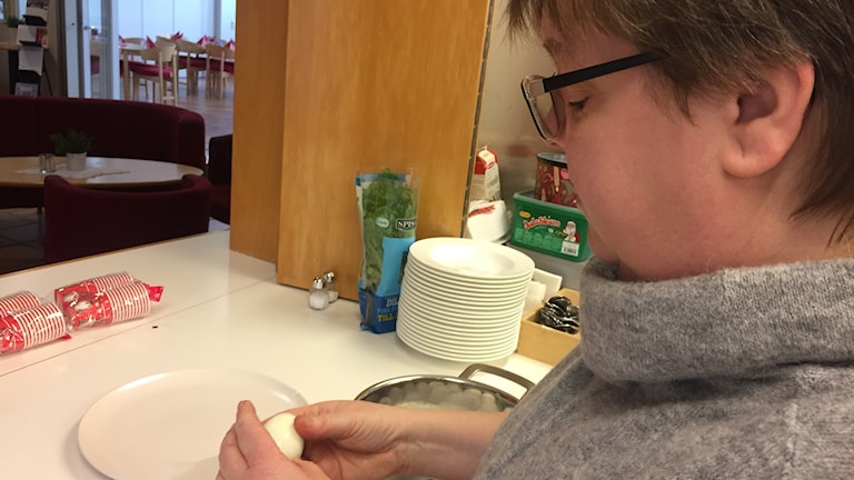 Susanne Björnheimer skalar ägg till julbordet i Höganäs.