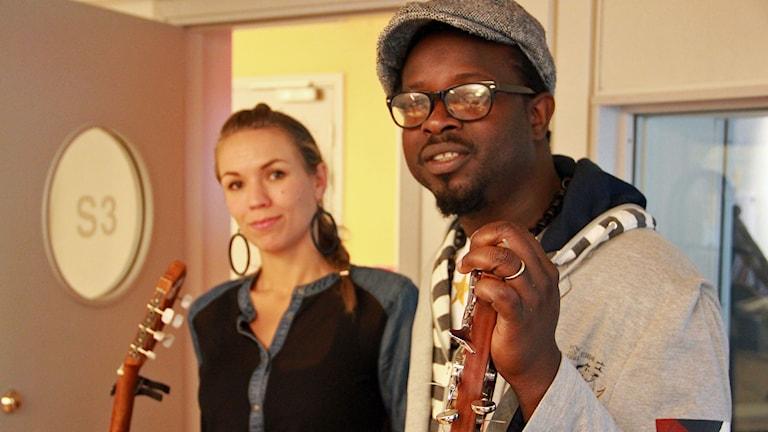 Sousou och Maher Cissoko står med sina instrument. Om en vecka spelar de på en gala för världens barn i Malmö. Foto: Jonathan Hansen/Sveriges Radio