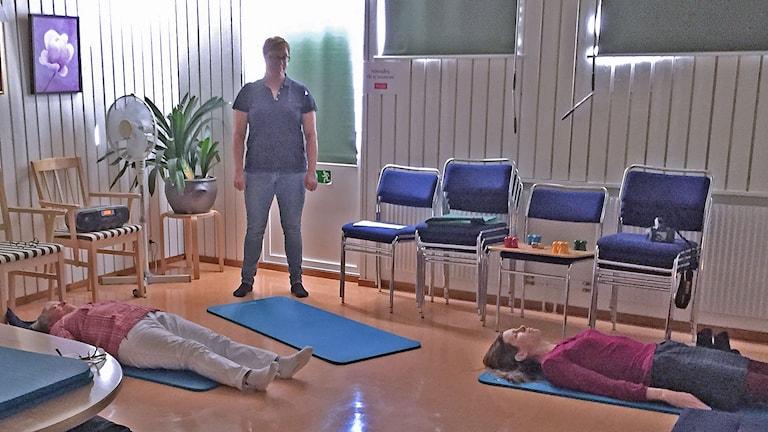 Sjukgymnasten Marie Hansson lär äldre kroppskännedom. Foto: Anton Kalm/Sveriges Radio