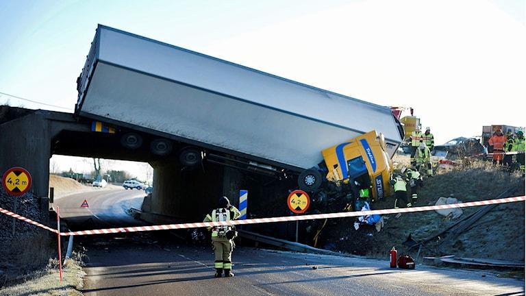 NDSKRONA 2016-11-12 En lastbil har vält på bron över Tullstorpsvägen på E6:an i södergående riktning vid Säby, Landskrona på lördagsmorgonen. Lastbilen hänger över bron och läcker diesel. Foto: Björn Lindgren/TT