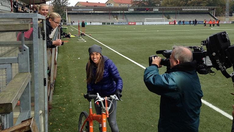 Marta dök upp på träningen för att peppa tjejerna. Foto: Lill Eriksson/Sveriges Radio