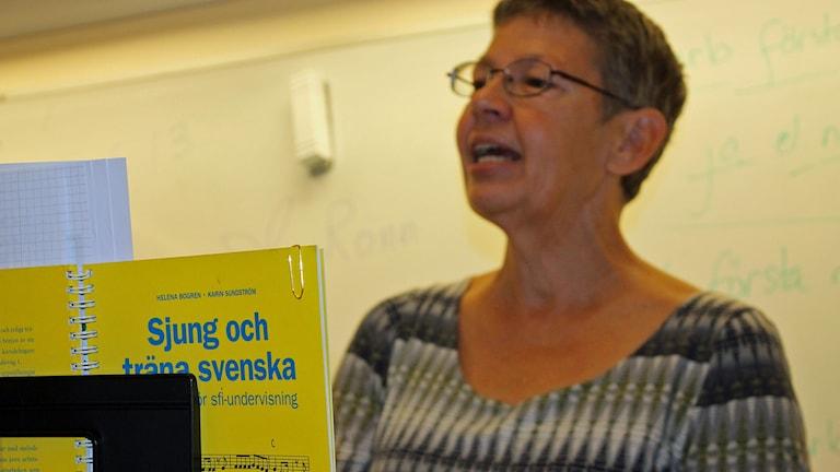 Mia Kinell hjälper nyanlända som går på SFI i Hörby att träna svenska med hjälp av sång. Foto: Malin Thelin/Sveriges Radio