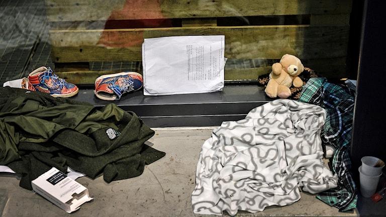 Frivilligorganisationer hjälper flyktingar som kommer till Malmö Central. På bilden syns filtar, ett par barnskor, en nalle och lite andra tillhörighet på en bänk. Foto: Anders Wiklund/TT