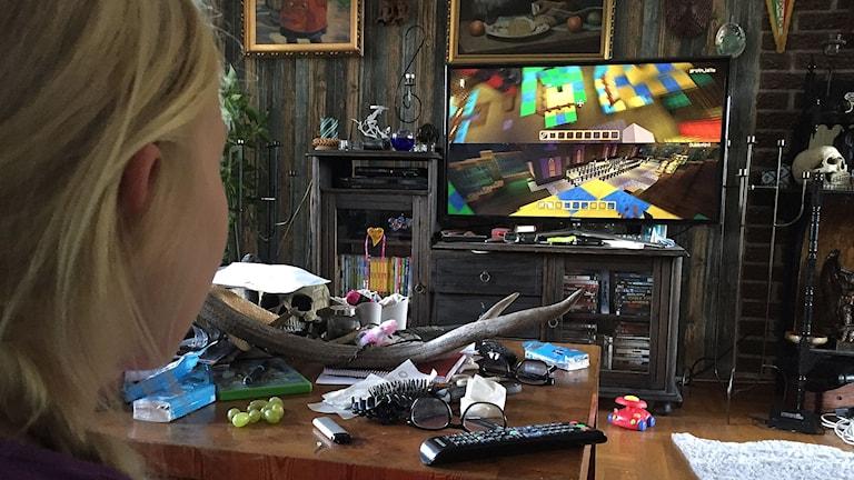 Amanda och Sonja spelar Minecraft. Foto: Jenny Cederbom/Sveriges Radio