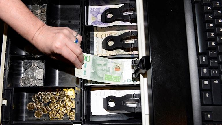 Kassaapparat med nya sedlar. Foto: Pontus Lundahl/TT