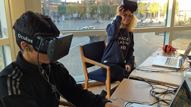 Dani al Haidar och Sara sennbro provar på att spela spel med virtual reality-glasögon. Foto: Madeleine Fritsch Lärka/Sveriges Radio