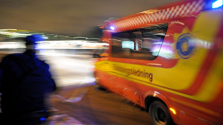 En man rör sig mot en räddningledningsbil. Foto: Anders Wiklund/TT