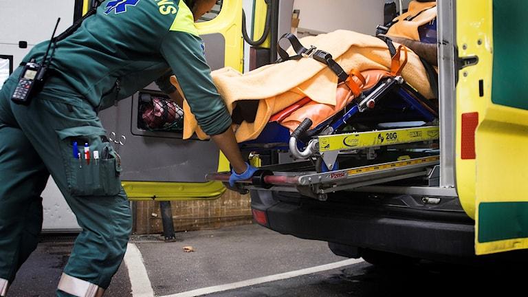 Ambulanssjukvårdare tar in en bår i en ambulans. Foto: Isabell Höjman/TT
