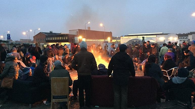 Väntan i EU-migranternas läger i Sorgenfri tidigt på måndagsmorgonen. Foto: Anton Kalm/Sveriges Radio