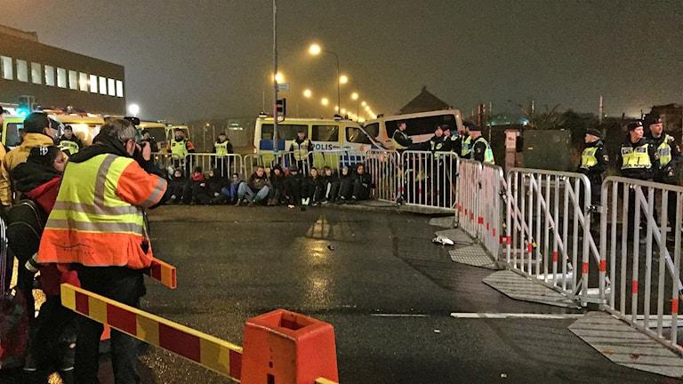 Stort medieuppbåd när EU-migranternas läger på Sorgenfri i Malmö tömdes av polisen. Foto: Anton Kalm/Sveriges Radio