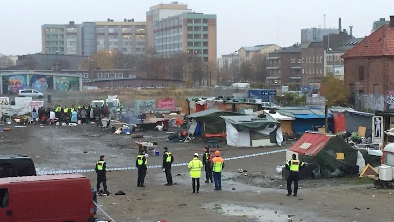 Polisen tömmer EU-migranternas läger på Sorgenfri i Malmö. Foto: Anton Kalm/Sveriges Radio