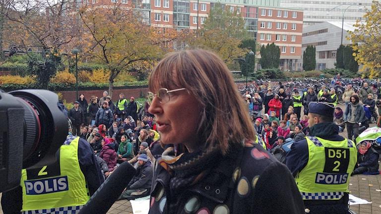 Socialkommunalrådet Carina Nilsson (S) på trappan framför Stadshuset i Malmö. Foto: Jonathan Hansen/Sveriges Radio