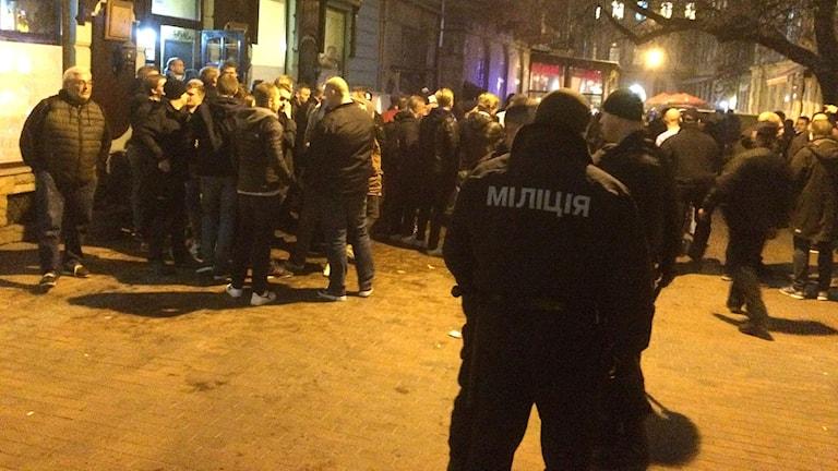 Ett 30-tal, enligt vissa över 100 personer stormade en uteservering där MFF-supporters höll till.