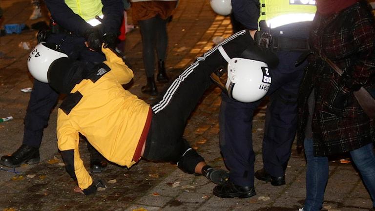 Efter att ha informerat de protesterande EU-migranterna utanför stadshuset i Malmö om att madrasser och andra skrymmande tillhörigheter måste bort började polisen avlägsna folk från platsen. Foto: Drago Prvulovic