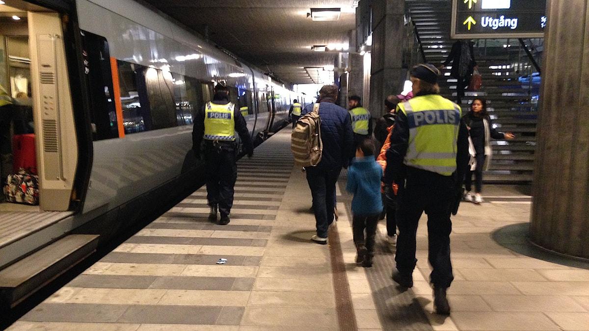 Polisen leder några människor som ska söka asyl i Sverige. Foto: Jonathan Hansen/Sveriges Radio