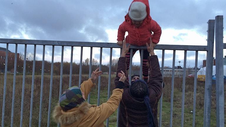 Strömmen av asylsökande till Malmö fortsätter. Utanför Migrationsverkets lokaler samlas familjer som återförenas efter flera år på flykt. Samtidigt klättrar andra över staket för att kunna resa vidare till Norge, Finland eller tillbaka till Tyskland. Foto: Julia Wiraeus/TT