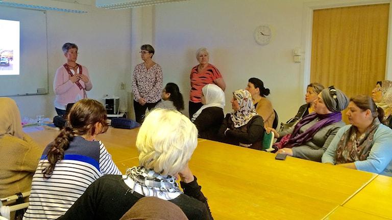 Jessika Norbeck från Unilabs besöker Internationella kvinnoföreningen i Malmö. Foto: Petra Haupt/Sveriges Radio