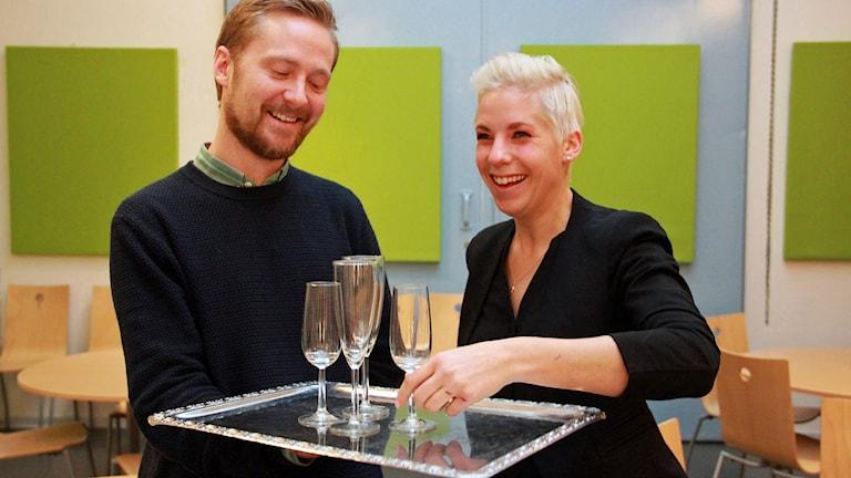 Jonathan Olofsson och Karin Chudzinska är två av restaurang Wollmers servitörer som nu fått pris för sin service. Foto: Jenny Cederbom/Sveriges Radio