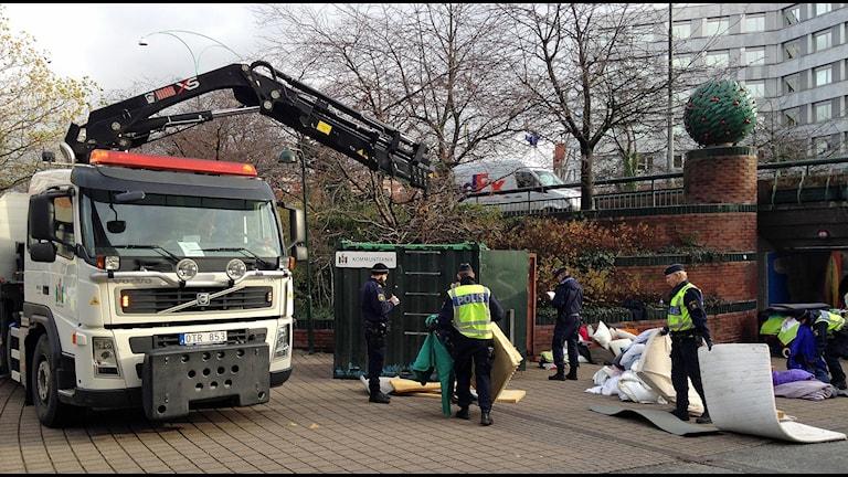 Polisen är nu på plats och rensar upp framför Stadshuset i Malmö, där EU-migranter sedan en tid tillbaka har protesterat mot att de kördes bort från lägret i Sorgenfri. Foto: Jonathan Hansén/Sveriges Radio