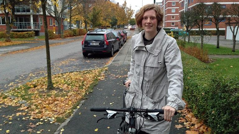 Lisa Brange cykelpendlar mellan Lund och Malmö för miljöns och sin egen skull. Genom organisationen Fossil Free försöker hon få fler att ersätta fossilbränslen med klimatsmartare alternativ. Foto: Lill Eriksson/Sveriges Radio