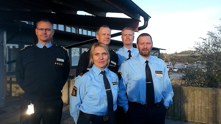 Fem nya kommunpoliser samlades i Ystad idag. Patrik Ahrlin blir kommunpolis i Ystad, Anna Hagenkötter i Tomelilla, Dan Bengtsson i Simrishamn, Patric Nihlén i Skurup och Rickard Bruhn i Sjöbo.Foto: Malin Thelin/Sveriges Radio