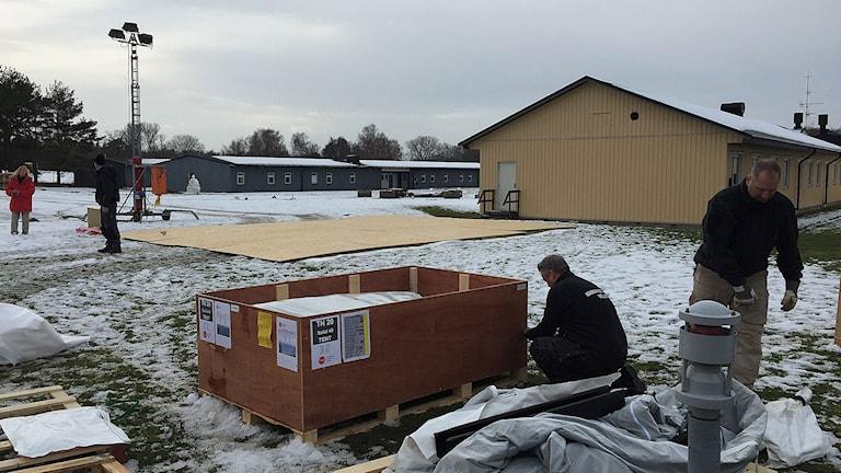 Tält byggs på Revingefältet. Foto: Anton Kalm/Sveriges Radio