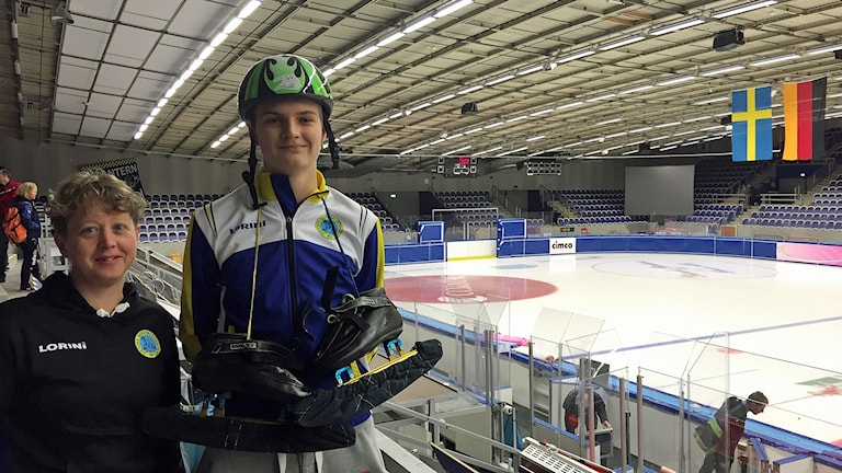 Shorttrack-skrinnaren Hampus Hende med tränaren i SK Skrinnaren Linda Liljedahl inne i Malmö Isstadion. Foto: Anton Kalm/Sveriges Radio