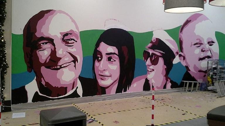 Väggmålning i Burlövs center. Visar två män samt två kvinnor. Foto: Magnus Heberlein/läsarbild