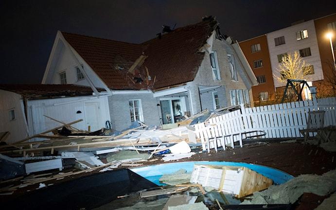 Tak rasade in när stormen drog in. Foto: Johan Nilsson/TT