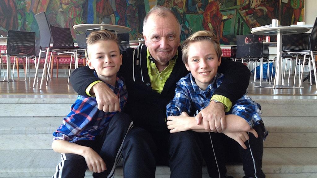 Ett av lagen som spelar Michael och Billy: David Fridholm  och Grim Lohman med regissören  Ronny Danielsson i mitten. Foto: David Richter/Sveriges Radio