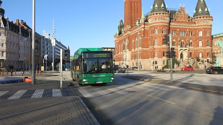 Stadsbuss på Drottninggatan framför rådhuset i Helsingborg. Foto: Karin Olsson-Bendix/Sverige Radio