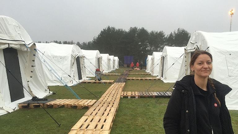 Anna Hjärne, teamleader för MSB, framför tälten i Revinge.  Foto: Anton Kalm/Sveriges Radio
