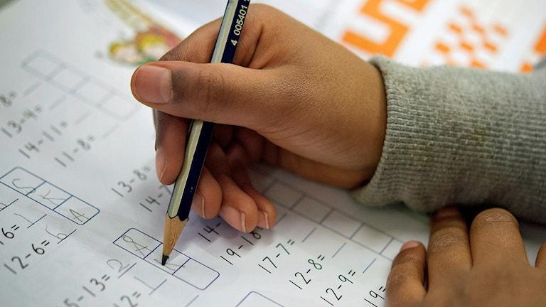 Elev räknar ut ett mattetal. Foto: Jessica Gow/TT