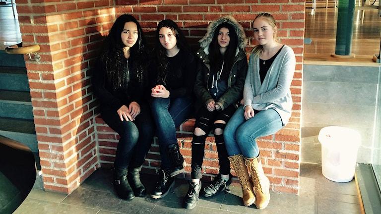 Kamilla Stanekzai, Jetmira Bilalli, Natalie Lecaros och Emilia Strömqvist, elever på Vårboskolan i Arlöv. Foto: Madeleine Fritsch-Lärka/Sveriges Radio