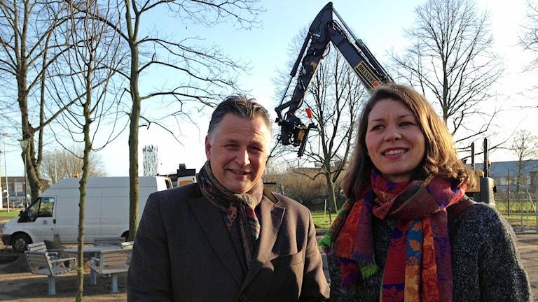 Tora Broberg gestaltningsansvarig och vd Christian Alexandersson, Landskrona stadsutveckling AB I teaterlekplatsen där nya träd planteras idag.