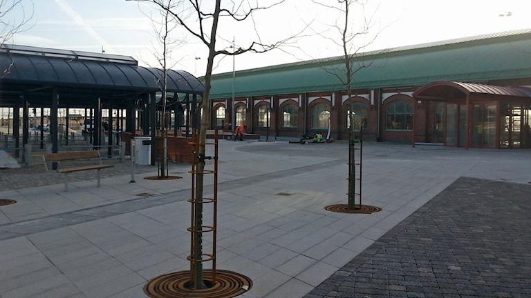 Den gamla stationsbyggnaden har nu blivit resecentrum.
