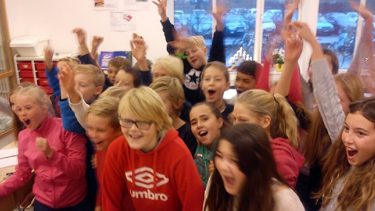 Jubel i klass 5:2 på Rydebäckskolan efter beskedet om att klassen gått vidare i Vi femman. Foto: Jonathan Hansen/Sveriges Radio