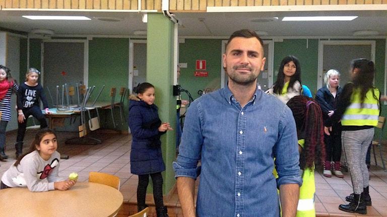 Edin Kahrimanovic, prisad fritidsledare på Pilevallskolan i Trelleborg. Foto: Jonathan Hansen/Sveriges Radio